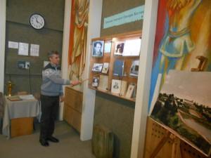 Презентацію матеріалів виставки проводить Олег Сівков