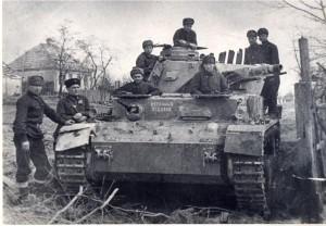 Танковий екiпаж 1-ої Гвардiйської бригади перед наступом на Харкiв. Другий злiва - Т.М. Шашло