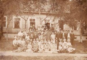 Т.Г. Лубенець серед вчителів сільських народних училищ для яких він читав лекції, Псковська губернія, 1900 рік.