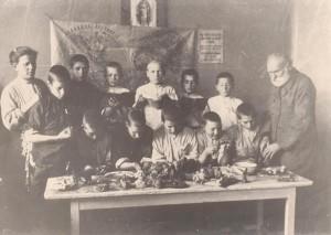 Т.Г. Лубенец з вихованцями дослідної школи у Пущі -Водиці