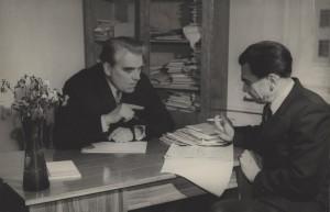 Тесленко з науковцем інституту Золотарьовимза робочим столом у відділі
